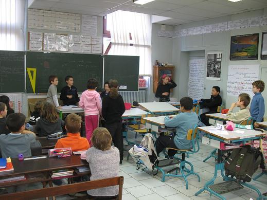 C'est durant le conseil que les élèves de la classe s'organisent et règlent les problèmes. Dans cette classe de CM1-CM2, le rôle de Président est al-loué à un enfant qui a obtenu au minimum la Ceinture verte. Lors du vote, les enfants se lèvent afin d'exprimer leur can-didature pour obtenir des fonctions dans la classe.